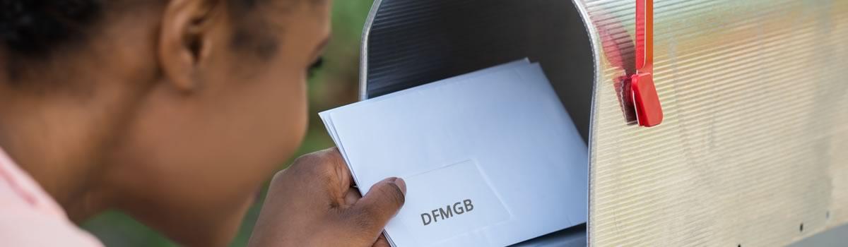 Briefkasten, aus dem Post genommen wird