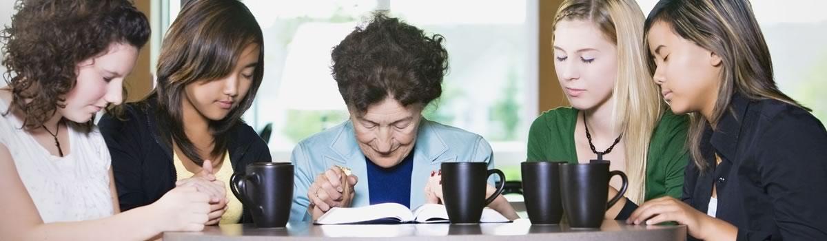 Frauen beten gemeinsam